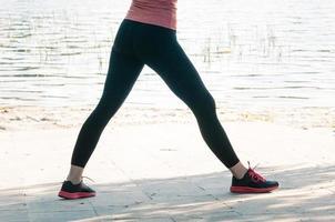 montare gambe femminili in leggings neri all'aperto foto