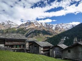 Case rurali tradizionali delle alpi svizzere nel villaggio di vals svizzera alpina foto