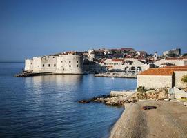 dubrovnik vista della città vecchia e della costa adriatica in croazia balcani foto