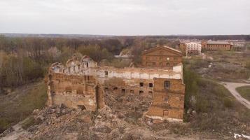 vecchia fabbrica di zucchero abbandonata nella regione di Vinnitsia, vista aerea foto