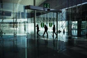 i passeggeri passano attraverso il terminal dell'aeroporto foto