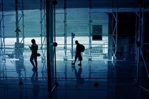 la gente cammina lungo la hall dell'aeroporto foto