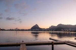 tramonto sulla laguna rodrigo de freitas a rio de janeiro, brasile foto