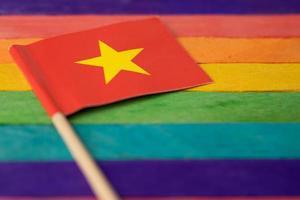 bandiera della cina su sfondo arcobaleno simbolo del mese dell'orgoglio gay lgbt foto
