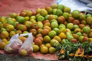 un mucchio di pomodori sulla bancarella del venditore foto