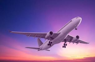 aereo commerciale che vola al tramonto foto