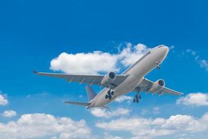 aereo commerciale che vola con lo sfondo del cielo blu foto