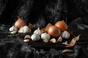 cipolla ingrediente fresco cottura di verdure su legno stile vintage foto