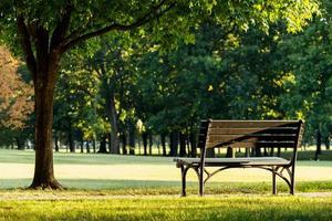 una panchina al parco. foto