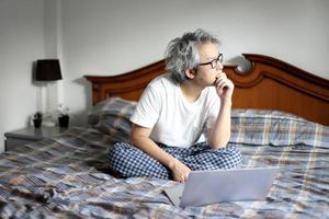 lavorando a letto foto