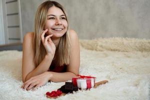 romanticismo, concetto di regali di San Valentino. bella donna bionda sul divano. foto