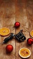 macchinette per tatuaggi su sfondo natalizio - decorazioni natalizie foto