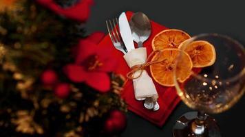 impostazione per la cena di Natale festiva sulla tavola nera con decorazioni foto