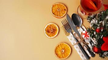 impostazione per la cena di Natale festiva sulla tavola d'oro con decorazioni foto