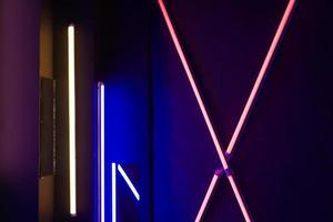 sfondo di una stanza vuota con pareti di mattoni e luci al neon foto