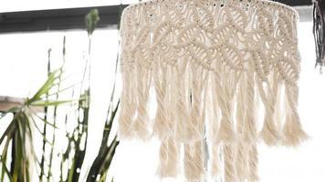 lampadario fatto di fili bianchi foto