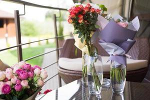sfondo sfocato - bouquet di fiori di rosa foto