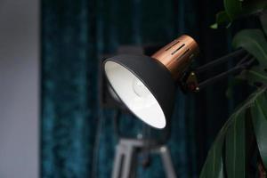 apparecchiature di illuminazione per studio fotografico su sfondo nero e blu foto