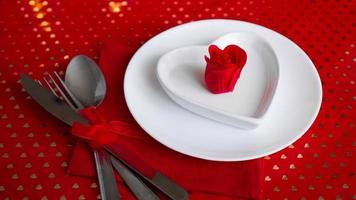decorazione romantica della tavola delle vacanze - sfondo rosso foto
