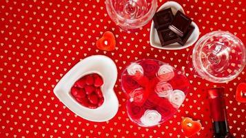 San Valentino. bottiglia di vino, bicchieri, rose rosse foto