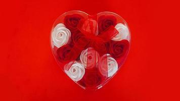 regalo di San Valentino su uno sfondo rosso. il concetto di amore foto