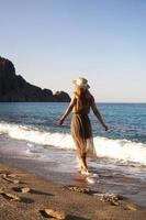 donna sulla spiaggia con un vestito marrone foto