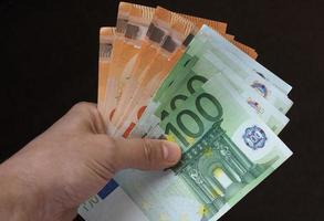 mano con banconote in euro, unione europea foto