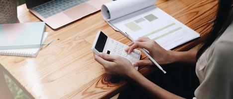 primo piano, donna d'affari, usando, calcolatrice, e, laptop, per, fare math foto