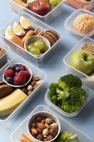 disposizione delle scatole di cibo sano vista dall'alto foto