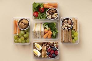assortimento di scatole per il pranzo per alimenti disposte piatte foto