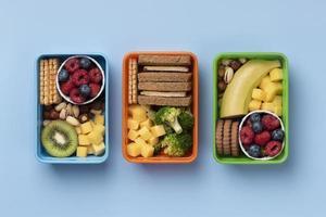visualizza scatole per il pranzo di cibo sano foto