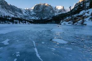 il lago in inverno - parco nazionale delle montagne rocciose foto