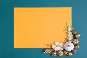 piatto autunnale disteso con spazio dorato e bianco e copia foto