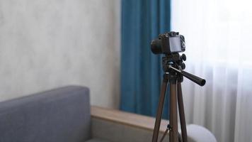fotocamera su un treppiede all'interno. filmare un video blog foto