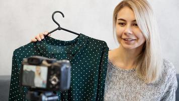 fashion blogger che registra video per blog foto