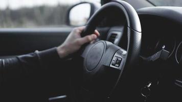 vista interna dell'auto con salone nero foto