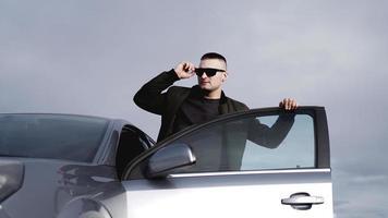 bell'uomo vicino alla macchina. vita di lusso. foto