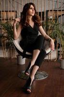ritratto di una donna attraente su una sedia comoda per riposare foto