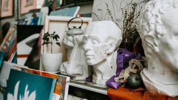 busto di scultura e strumenti in un laboratorio d'arte foto