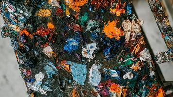 immagine di sfondo di una tavolozza di colori ad olio brillante in primo piano foto