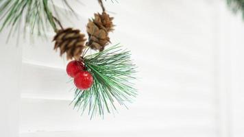 sfondo bianco decorazioni natalizie in plastica. spazio vuoto per il tuo testo foto