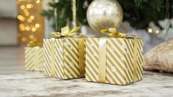 scatole di regali sotto l'albero di natale foto