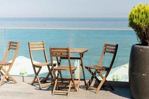 caffè all'aperto vuoto estivo nella bellissima isola tropicale in riva al mare? foto