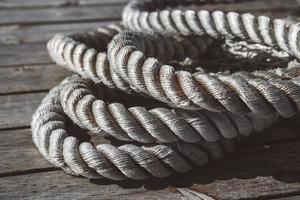 cima di ormeggio su pontile in legno foto