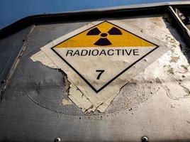 etichetta di trasporto radiazioni adesivo classe 7 sul carrello di trasporto laterale foto
