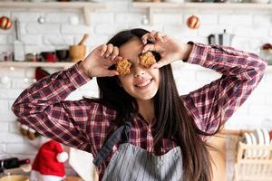 donna in grembiule con biscotti a forma di stella foto