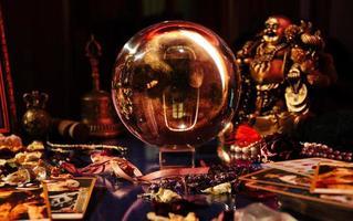 bellissimo globo di cristallo nella stanza di un indovino. palla di vetro. foto