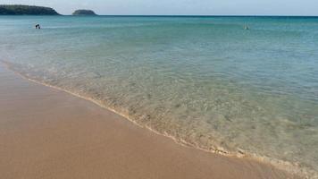 mare estivo in una giornata di sole acqua limpida nell'isola paradisiaca di phuket. foto