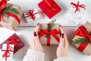 la donna tiene tra le mani una bellissima confezione regalo foto