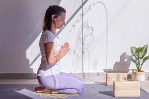giovane donna nella sua pratica di meditazione quotidiana foto